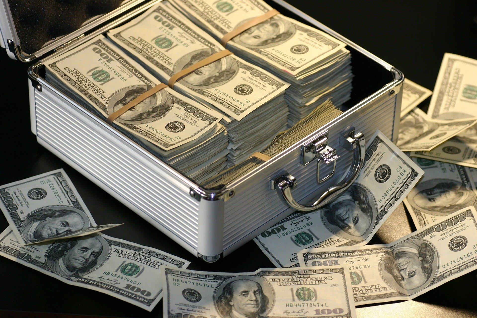 業者と仲の良い人は定期的に仕入れが出来て月収100万円の人もいる